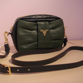 Prada - bow muff clutch with shoulder strap in green