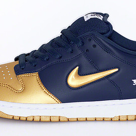 Supreme, NIKE - Supreme®︎ / NIKE®︎ SB Dunk Low  Metallic Gold/Metallic Gold-Navy-White