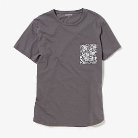 nonnative - DWELLER TEE SS COTTON JERSEY WITH COTTON LAWN by LIBERTY
