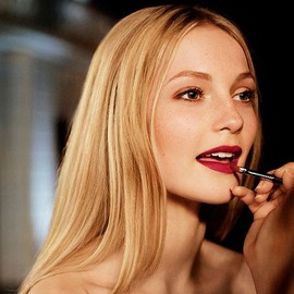 BURBERRY - Adding the finishing touches to the festive beauty look for an enchanted evening