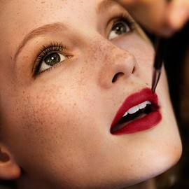 BURBERRY - Naturally illuminated skin and bold red lips - the festive make-up look
