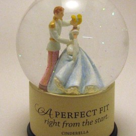 Halmark Disney DYG9609 Cinderella Perfect Fit Water Globe