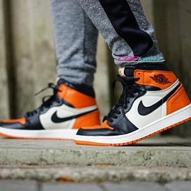 NIKE - NIKE AIR JORDAN 1 RETRO BLACK/WHITE-TEAM ORANGE