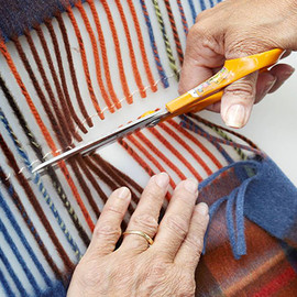 Begg - Cashmere Shawls, Cutting of fringes on tartan shawls