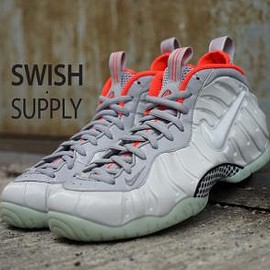 NIKE - NIKE AIR FOAMPOSITE PRO PREMIUM PLATINUM/PURE PLATINUM-WOLF GREY-BRIGHT CRIMSON