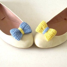 Luulla - Opposites attract. Crochet bow shoe clips.Sky blue and pale yellow.