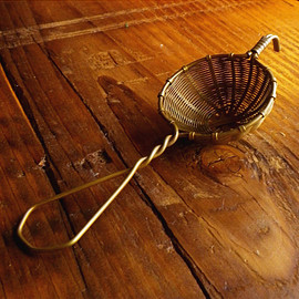 BELLOCQ - tea strainer (brass)