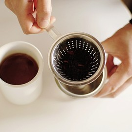 Tea strainer with slop cup