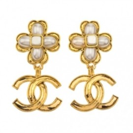 CHANEL - VINTAGE CHANEL CLOVER MOTIF DANGLING EARRINGS WITH CC AND PEARL