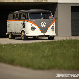 Volkswagen - Race-taxi: The Porsche Bi-turbo TYPE2 BUS