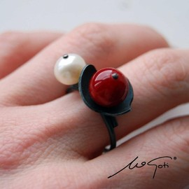 Luulla - Oxidized Sterling Silver Ring. White Cultured Pearl. Red Pearl Shell. Black. NENUPHAR 3 Ring. Handmade by Maria Goti Joyas.