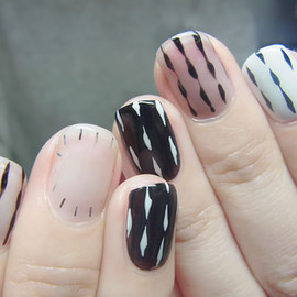 COMMON - monotone + Keith Haring nail
