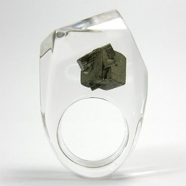 LINA HITOMI - Clear resin ring with pyrite