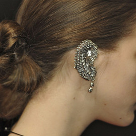 UNDERCOVER - crystal earcuff