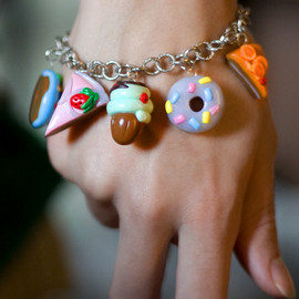 Luulla - Bracelet with cupcakes, donuts, croissants and sweets in polymer clay