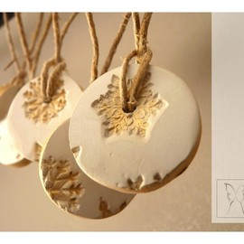 LaNiqueHome - Gold &white snowflake porcelain ornament. Set of 5