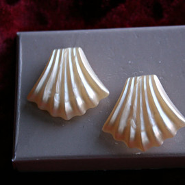 Avon - Wonderful Seashell Earrings