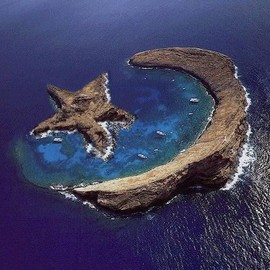 between Maui and Kahoolawe, Hawaii - Island of Molokini - natural star&crescent