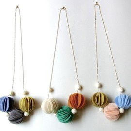HOMAKO - kuru maru felt ball necklace