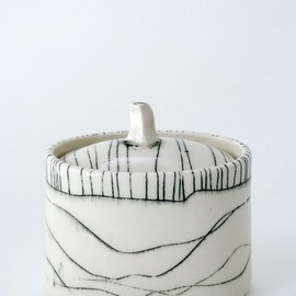 Bianka Groves - Pot with a lid, ceramics
