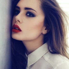 Perfect red lipstick and smokey eye