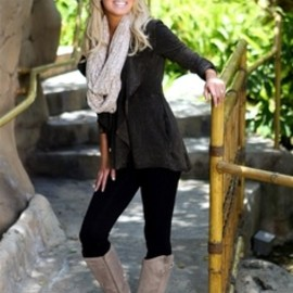 Love those boots!! All black with neutral accessories. Cute fall outfit!