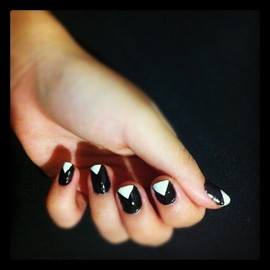 nail - black and white triangle
