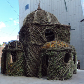 patrick dougherty - a cathedral built from willow tree saplings