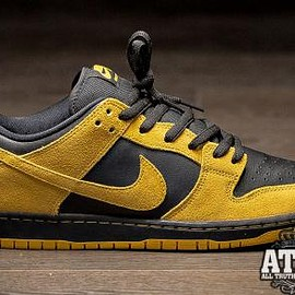 NIKE SB - NIKE SB DUNK LOW UNIVERSITY GOLD/UNIVERSITY GOLD-BLACK