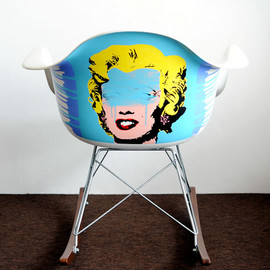 LOOTONE - Marilyn on EAMES CHAIR