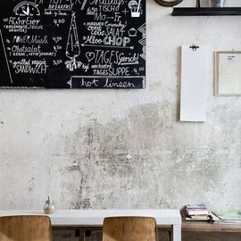 Love the black board against the wall.
