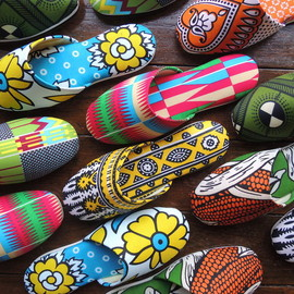 Heiwa Slipper - 平和スリッパ Japanese slippers with Batik print by Heiwa Slipper.