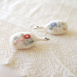 Kanae Entani - embroidery bird brooch