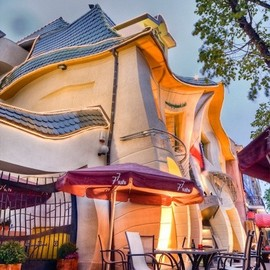 poland - cabbagerose:crooked house, sopot, polandvia: yarazitronenblatt