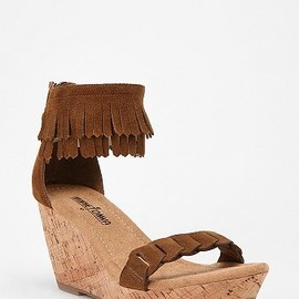 URBAN OUTFITTERS - Minnetonka Fringed Cork Wedge