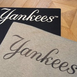 Nike - Yankees Script Tee in Grey