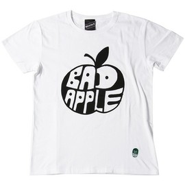BEAMS T - BLACK HUMOURS by Jody Barton / BAD APPLE(Tシャツ・カットソー)|ホワイト