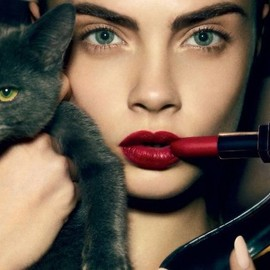 red lip/cara D.