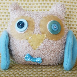 Luulla - BOObeloobie Orli the Owl in Blue, Cream and a yellow beak with wing detail