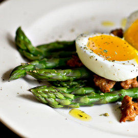 Salad of asparagus - soft boiled egg and chorizo