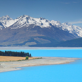 Turquoise colored water of Lake Pukaki