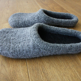 Onstail - Simple felted slippers in ECO grey