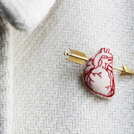 LesMirettes - Heart and arrow embroidered brooch