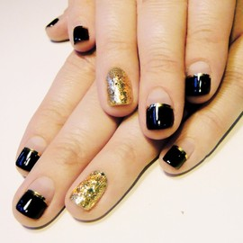 nail - black and gold