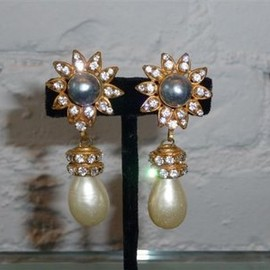 CHANEL - grey pearl centerpiece earrings