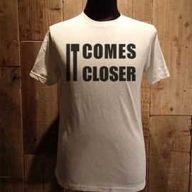 "AA= - LYRIC TEE SERIES ""IT COMES CLOSER"" TEE (WH)"
