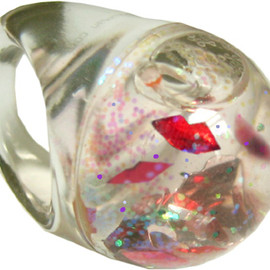 carolyn forsman - Snow globe ring (lips)