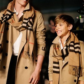 BURBERRY - Heritage trench coats and scarves