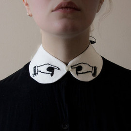 FilaArcana - pointing hands collar