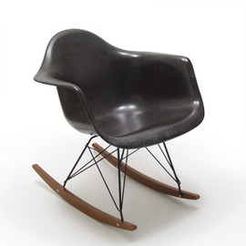Eames - Fiberglass Arm Shell Chair